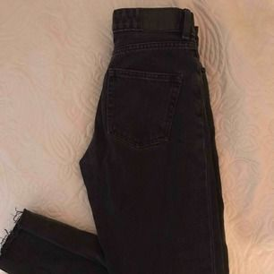 Säljer de perfekta mom jeansen i grått! Köpta för 400 kr på monki & sparsamt använda. Kan mötas upp i Sthlm eller frakta💕 strl 26 (xs-s)