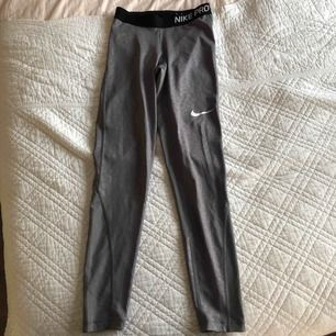 Helt oanvända Nike PRO tights, ljusgrå med leopardmönster. Köptes i usa för 499kr