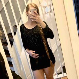 Svart klänning/tunika med silvriga och guldiga stenar på sig. Den är lite för kort för mig för att jag skulle kunna klassa den som en klänning men om man är kortare än 170. Inga fläckar eller liknande. Köparen betalar frakten.