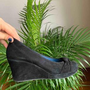Svarta mockaskor med klack! Säljer pga att de ej passar mig, fint skick!!! Klacken är cirka 3 cm, storlek 39 men kan passa 38 och kanske mindre med inlägg! Köpta & gjorda i Italien. Fraktkostnad tillkommer annars kan jag mötas upp i Lund/närheten💕