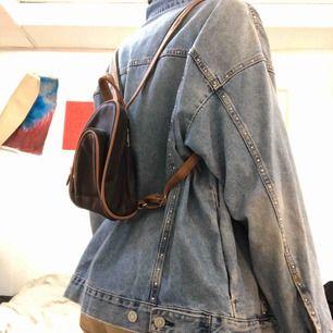 Supersöt liten ryggsäck. Liten men förvånansvärt rymlig. Köpt second hand men aldrig använd.