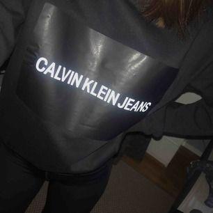 Svart sweatshirt från Calvin Klein Jeans. Säljer då den aldrig kommer till användning. Jättefint skick, använd max 5 gånger! Nypris 1000kr, köparen står för fraktkostnaden📩 Hör gärna av dig om du har frågor💋
