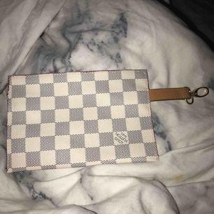 """fake louis vouitton """"väska"""" passar att sätta på väska, necessär eller liknande"""