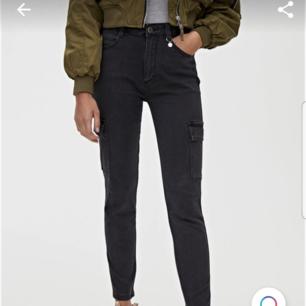 Ett par jättefina fina cargo jeans från Pull and bear. Jättebra kvalité. Säljer på grund av ingen användning.  Kan tänka mig att gå ner i pris vid snabb affär!