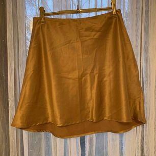 Silkeskjol från Chiquelle. Använda en gång. Färgen är typ gammelrosa. Storlek L, men en liten L.💙