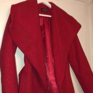 Röd kappa (elegant) 💋