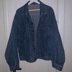 Levis vintage jacka som är köpt second hand! I väldigt fint skick Passar en som har S men vill att den ska sitta snyggt oversized