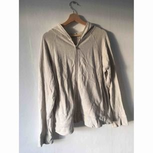 En älskad tröja från Acne med en dragkedja som går att dra upp för luvan. Använd men har mycket kvar att ge! Det är en herrmodell så den sitter lite oversized på mig som är en 38. Kan postas (+ frakt) eller mötas upp vid Vaksala torg/Älvsjö.