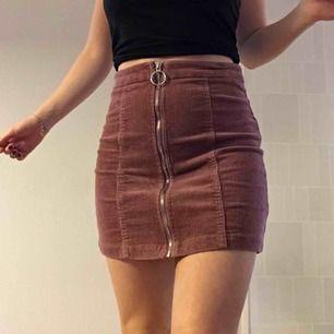 Så himla snygg kjol i manchester med en matt rosa färg. Säljes på grund av att den tyvärr blivit lite för stor för mig. Storlek S men liknar lite mer en M. Frakt är inräknad i priset