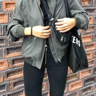 Svarta jeans med balla detaljer! Från Hannalicious X NAKD. Endast använda vid ett tillfälle (då bilden togs) och därför är de i väldigt bra skick!
