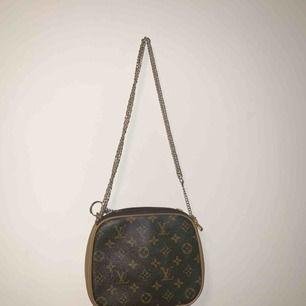 Fejk LV väska med kedja istället för band! Så y2k