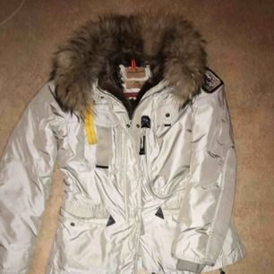 Äkta päls inne samt på luvan  Passar en Medium Jackan är äkta  Har inbyggt rägnluva  Som ny Inga skador