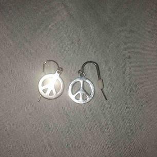 Säljer dessa fina öronhängen för 10kr! köparen står för frakt!