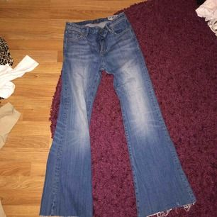 Säljer mina bootcut jeans från crocker! Orginalpris:899 kronor! Mitt pris: 400 kr! Modellen passar för tjejer upp till 170 cm! Sitter bra vid höfter och rumpan, välldigt tighta! Möts upp i Stockholm eller fraktar ( köparen står för frakten)