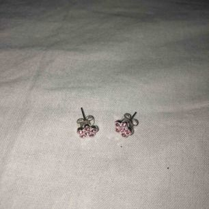 säljer dessa fina öronhängen för 10kr! inte ansvällda mycket! köparens står för frakt!