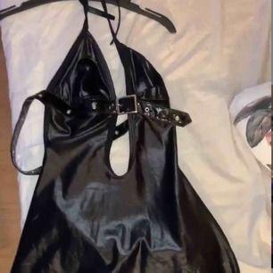 Otroligt snygg klänning köpt utomlands ( bilden visar min kompis i den)