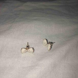 säljer dessa fina öronhängen för 10kr! inte använda mycket. köparen står för frakt!