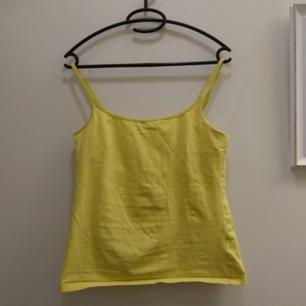 Gult figurnära linne köpt på Stadium (Race & Marine). Reglerbara axelband.