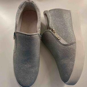 Glittriga skor med stor sula, står Stl 38 men skulle säga 37. Endast testade, dvs helt nya. Frakt tillkommer på 66kr