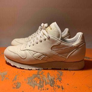 Sneakers n stuff x reebok sneakers, sparsamt använda.  Därav bra condition. Passar även om du har stl 43🌞✨
