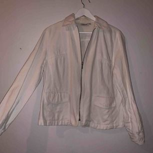 Snygg vit jacka i jeans-ish material, i storlek L men sitter mer som en M