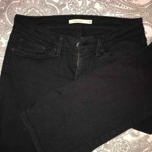Säljer mina svarta bootcut byxor ifrån levi's i storleken 28. Säljer eftersom jag nästan aldrig har använt dessa. Köptes för 999kr säljer för 450kr  Swish/kontant