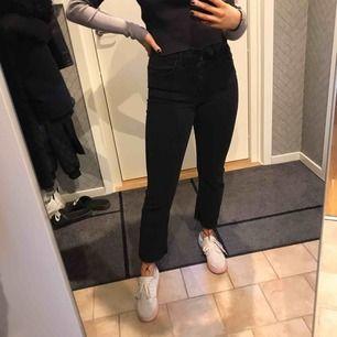 Svartgråa jeans med knappar ist för gylf, mycket bra skick! Köparen står för frakten