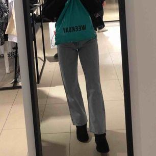 Jätte fina raka ljus blåa jeans från week day! Inte alls mycket använda så väldigt bra skick! Passar en S men även en M