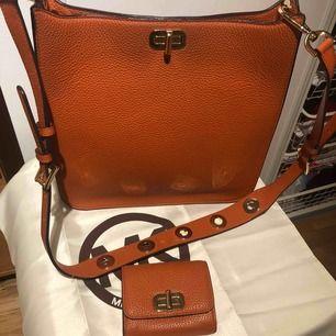 En jätte fint Michael kors väska med matchande plånbok.  Väskan är används bara fotål gånger.  Priset går och diskutera vid snabb affär.