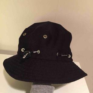 Superfin och originell buckethat /fiskarhatt köpt i Karibien! Går att vända ut och in. Har även en dragsko som man kan dra åt om man vill att den ska sitta tightare. Fina detaljer! ✨