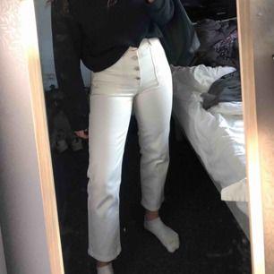 Vita jeans med bruna kontrastsömmar Frakt tillkommer