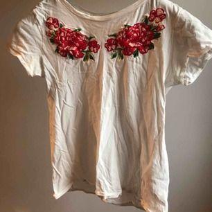 Otroligt fin t-shirt med snygga detaljer. Använd Max 5 gånger så den är som i nyskick. Frakt tillkommer 😊 (Går att stryka)