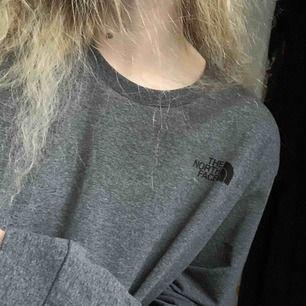långärmad t-shirt i grå, the north face print framtill och ett likadant baktill. mudd i ärmslut men inte nertill, i princip helt oanvänd så perfekt skick!