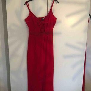 Röd jumpsuit från H&M❤️ Aldrig använd. Kan skicka bild med plagget på✨✨ Frakt tillkommer