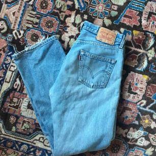 vintage levis jeans! passar w25-28 beroende på hur man vill att de ska sitta. lägre pris pga slitage vid knät och hål på rumpan
