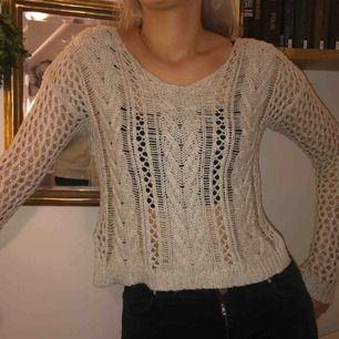 Sjukt fin stickad tröja. Den är från Hollister men det finns inget märke på tröjan vilket jag tycker är bra hehe. Har haft den på sommaren över badkläder. Den är väl använd därav det låga priset men fortfarande i bra skick!