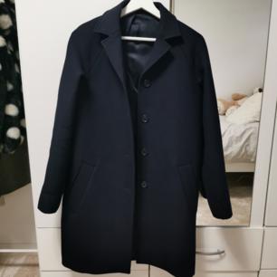 supersnygg och varm wool coat från COS. helt ny knappt använd. klassisk stil, dubbel ull tyg med mjuk lining.  pris kan alltid diskuteras 🤗