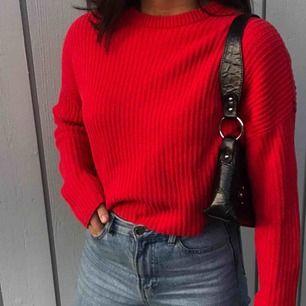 Röd stickad tröja från Monki. En stickad med jätte fin röd färg och kortare/croppad modell. Strl XS funkar som en S/M (frakt ingår i priset😉)