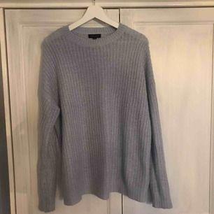 FRAKT INKLUDERAT I PRIS, säljer denna jättefina sparsamt använda stickade tröjan från new look