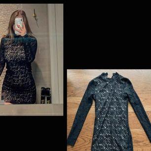 Väldigt fin svart spetsklänning från Puls!  Säljes pga vuxit ur den tyvärr. Har en liten spetskrage med två knappar där bak