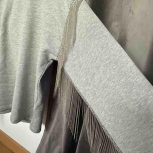 Asball oversized sweater med coola silvriga detaljer. Har denna i två storlekar därav säljer jag ena