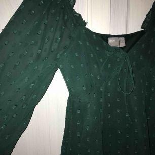 Säljer denna jättefina klänningen ifrån asos, endast använd en gång. FRAKT INKLUDERAT