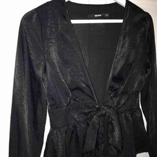 FRAKT INKLUDERAT I PRIS, säljer denna fina satinskjortan från bikbok