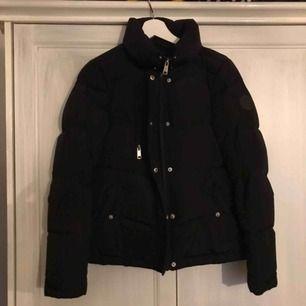 Säljer denna tjocka jackan från vero moda, passar perfekt nu när det börjar bli kallare!