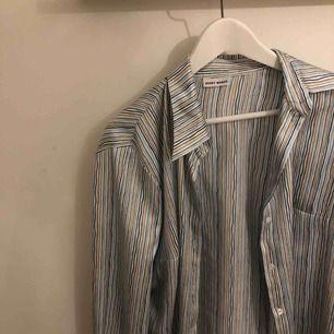 Väldigt fin skjorta köpt vintage. Väldigt fin att ha uppknäppt till en Top under!