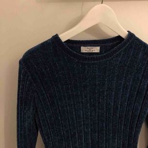 Världens skönaste stickade marinblåa tröja från bershka. Nästan oanvänd