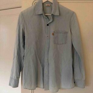 Ljus denim skjorta märke LEVIS, bra skick. Storlek M Gbg eller skickas mot frakt.