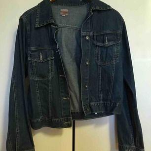Blå jeansjacka säljes! Storlek M.