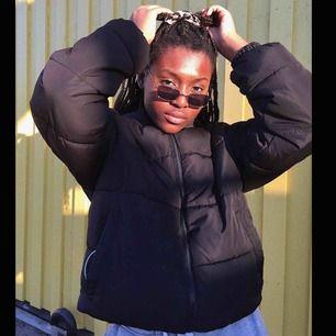 Oversized puffer jacket köpt på H&Ms herravdelning👼🏽 använd en säsong och i superbra skick (på bilden är den invikt) Köparen står för frakten! 📦