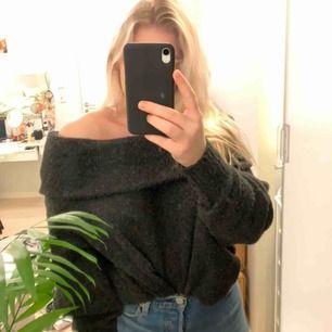 En ganska svårförklarad tröja lol men bilderna säger ganska mycket. Den är axellös men fortfarande väldigt varm & gosig.